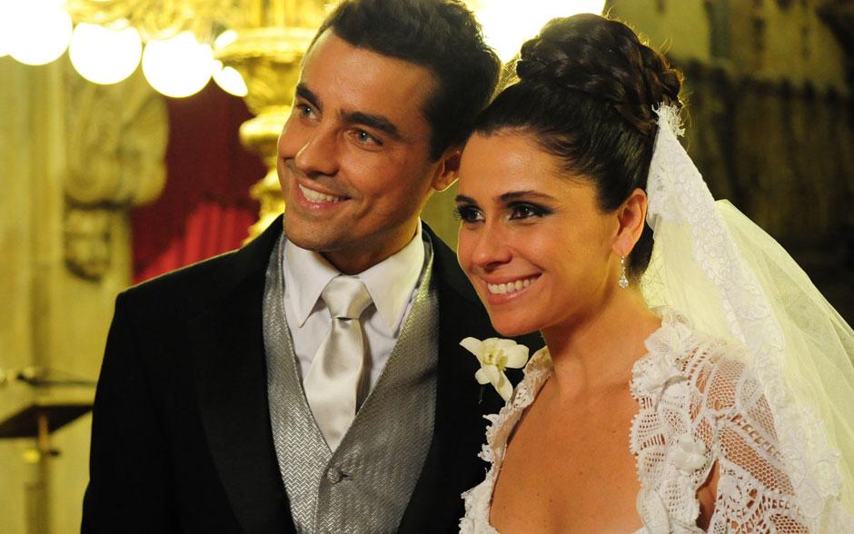 Claudia e Vicente felizes, atentos às palavras do padre