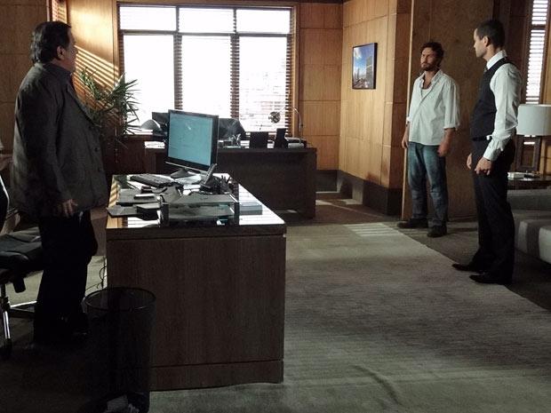 Rodrigo faz o convite para o jantar (Foto: Amor Eterno Amor/TV Globo)