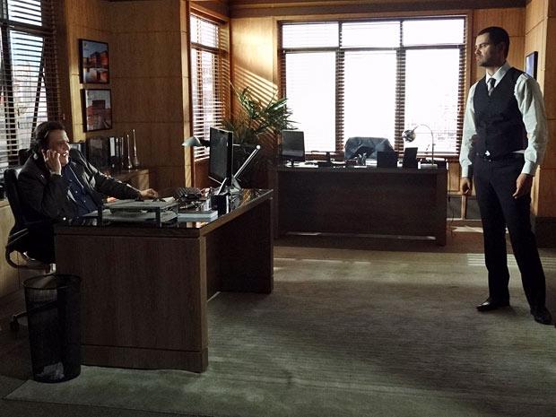 Dimas conta a novidade para Melissa, mas Fernando fica encucado com o convite (Foto: Amor Eterno Amor/TV Globo)