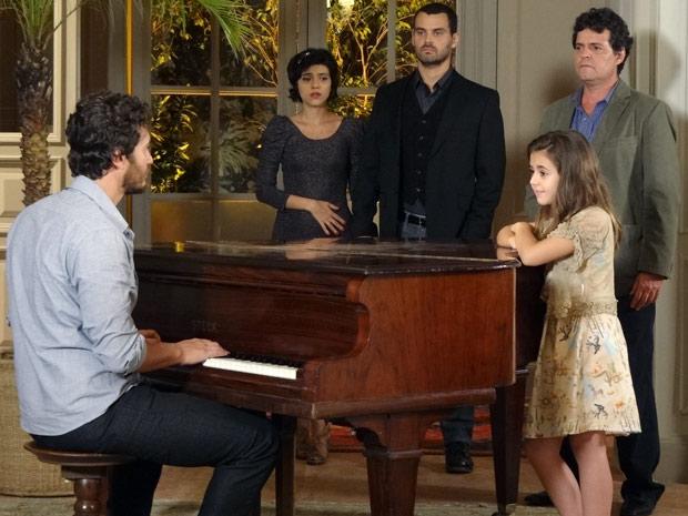 Rodrigo para de tocar e todos ficam em estado de choque (Foto: Amor Eterno Amor / TV Globo)