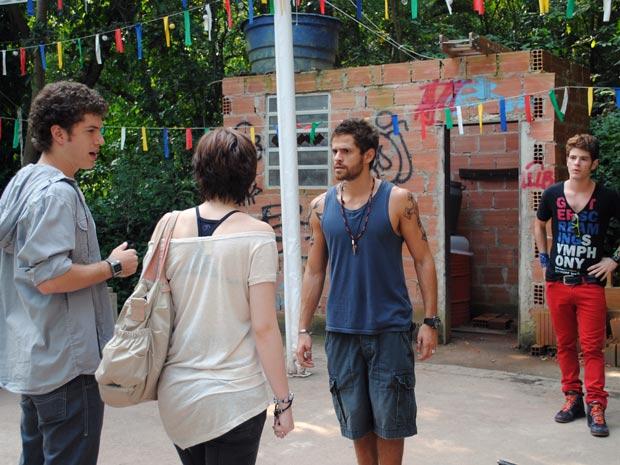 O bandido fica ainda mais supreso ao ver Gabriel (Foto: Malhação / TV Globo)