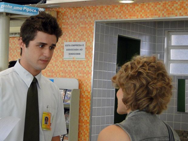 """""""Cê vai viajar? Quanto tempo?"""", pergunta Guido, surpreso (Foto: Malhação / TV Globo)"""