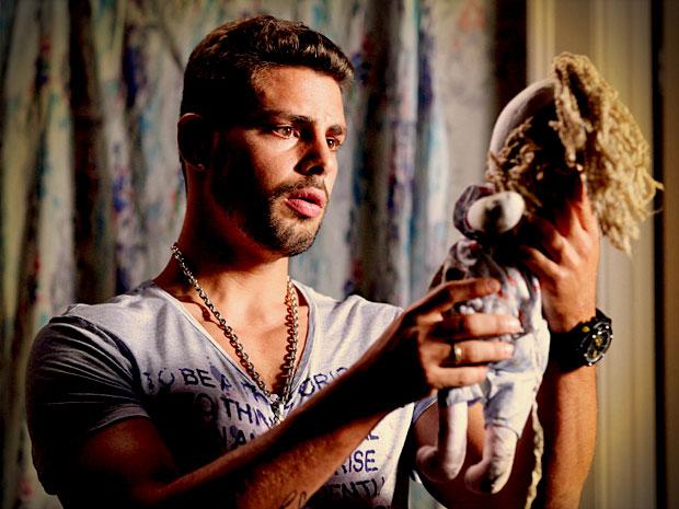 Jorginho vê uma boneca igual a de Rita no quarto de Nina e conclui que ela é seu amor de infância (Foto: Avenida Brasil/ TV Globo)