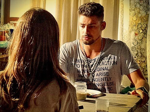 Confuso, ele diz que não sabe o que aconteceu (Foto: Avenida Brasil/ TV Globo)