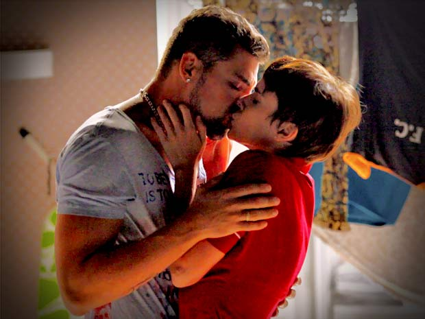 Nina e Jorginho não conseguem resistir à paixão (Foto: Avenida Brasil/ TV Globo)