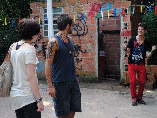 Kiko aparece de supresa na quadra e deixa Moisés nervoso (Foto: Malhação / TV Globo)