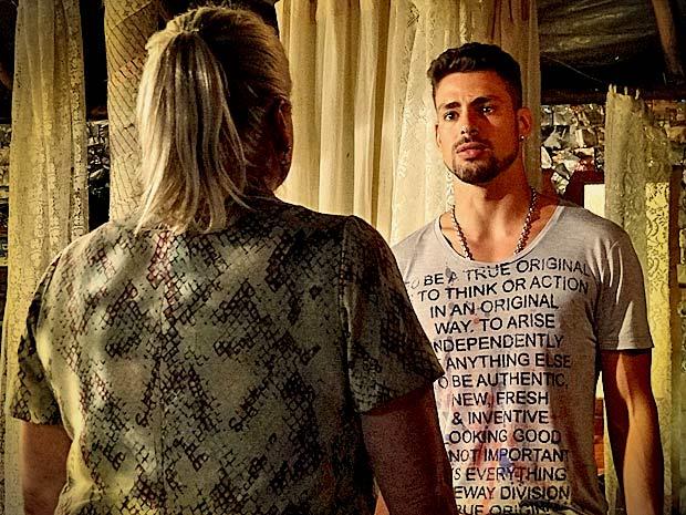 Magoado, Jorginho pergunta por que Lucinda escondeu a verdade sobre Nina (Foto: Avenida Brasil/ TV Globo)