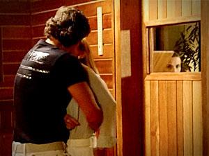 Nina observa Carminha e Max e promete para si mesma que vai acabar com a festinha deles (Foto: Avenida Brasil/ TV Globo)