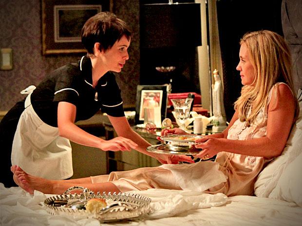Carminha pergunta se Nina quer ser sua amiga (Foto: Avenida Brasil/ TV Globo)