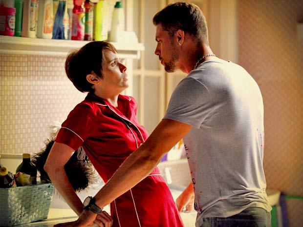 Jorginho a pressiona e pergunta como ela foi trabalhar justamente na sua casa (Foto: Avenida Brasil/ TV Globo)