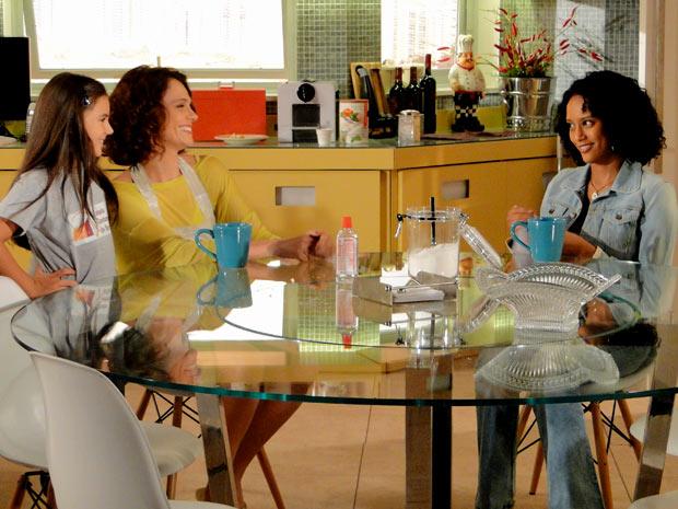 Penha acaba ajudando Lygia (Foto: Cheias de Charme / TV Globo)