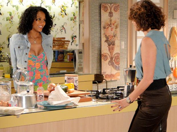 Penha aceitou na hora o convite para trabalhar na casa da advogada (Foto: Cheias de Charme / TV Globo)