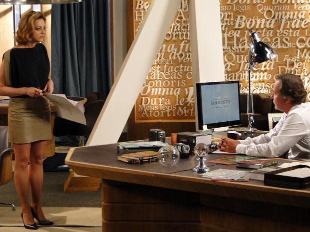 Pela cara da perua já dá para perceber que a notícia é bafo! (Foto: Cheias de Charme / TV Globo)