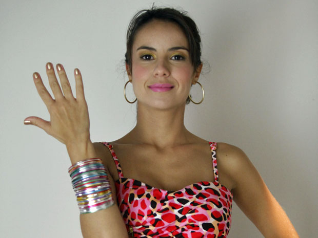 Andréia Horta exibe o esmalte dourado de Valéria (Foto: Amor Eterno Amor/TV Globo)