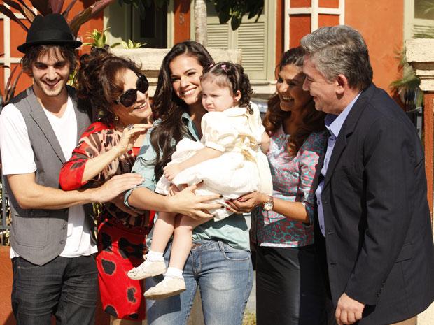 Belezinha e Agenor se tornam pais (Foto: Aquele Beijo/TV Globo)