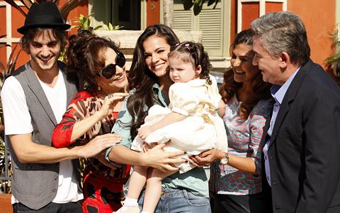 Agenor e Belezinha se casaram e tiveram uma linda filha (Aquele Beijo / TV Globo)