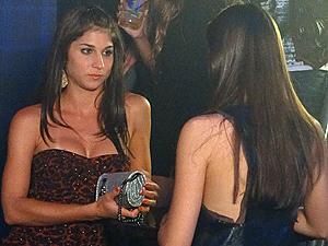 Com a faca e o queijo na mão, ela garfa a bolsa de Cida (Foto: Cheias de Charme / TV Globo)