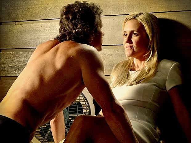 Carminha revela a Max sua ideia de se candidatar (Foto: Avenida Brasil/ TV Globo)
