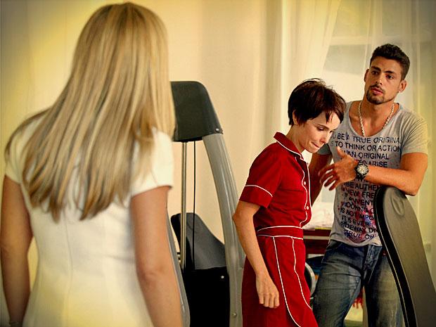 Nina e Jorginho levam um susto quando Carminha aparece (Foto: Avenida Brasil/ TV Globo)