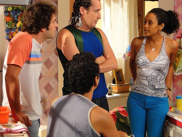 Penha diz a Sandro que ele pode ficar (Foto: Cheias de Charme / TV Globo)