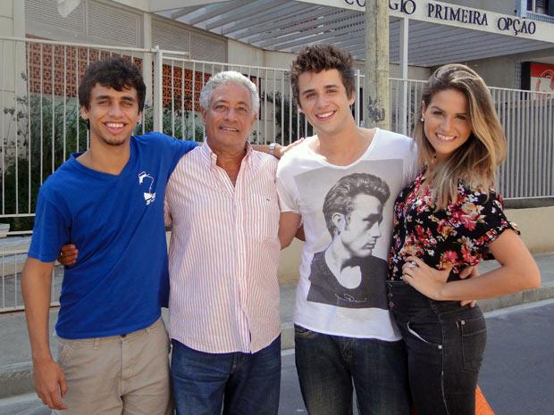 Gil comemora aniversário ao lado da família e do colega de elenco, Pedro Bernardo (Foto: Malhação / TV Globo)