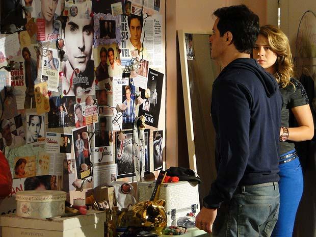 Que flagra! Inácio entra no quarto de Rosário e dá de cara com muitas fotos de Fabian (Foto: Cheias de Charme / TV Globo)