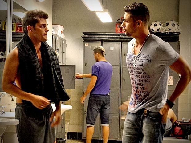 Jorginho conta para Iran sobre Nina e o amigo o aconselha a se afastar (Foto: Avenida Brasil/ TV Globo)
