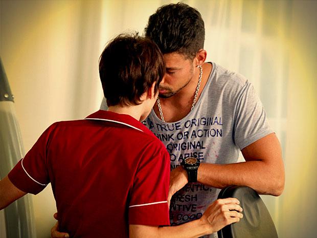 Jorginho não consegue se controlar, enquanto Nina tenta manter os pés no chão (Foto: Avenida Brasil/ TV Globo)