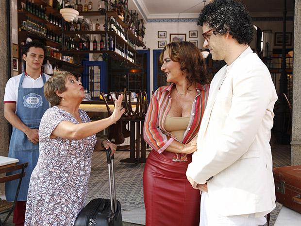 Joselito e Amália se despedem de Brites (Foto: Aquele Beijo/TV Globo)
