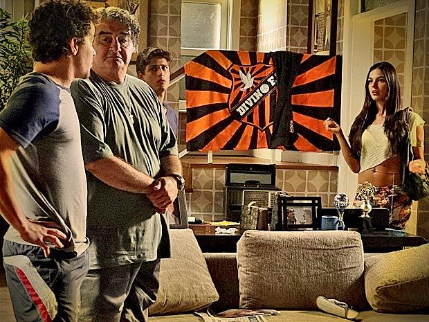 Os três ficam espantados quando Suelen chega pedindo abrigo (Foto: Avenida Brasil/ TV Globo)