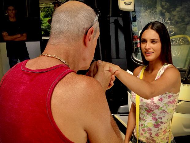 Ele pede a mão da Garota Chapinha em casamento (Foto: Avenida Brasil/ TV Globo)