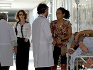 Lygia chega no momento que Penha implora por atendimento (Foto: Cheias de Charme / TV Globo)
