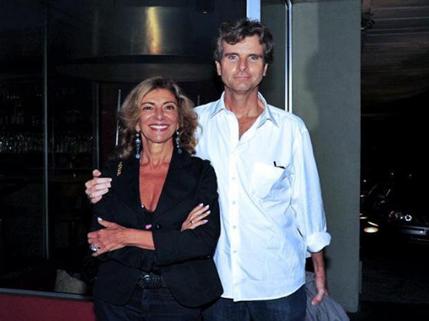 Marília Pêra foi uma das primeiras a chegar ao evento, acompanhada do marido, Bruno Faria.