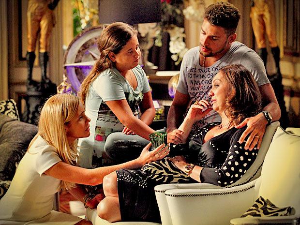 Muricy é consolada pelos netos e por Carminha (Foto: Avenida Brasil/ TV Globo)