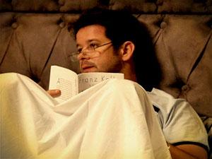 Tufão lê o livro indicado por Nina (Foto: Avenida Brasil/ TV Globo)