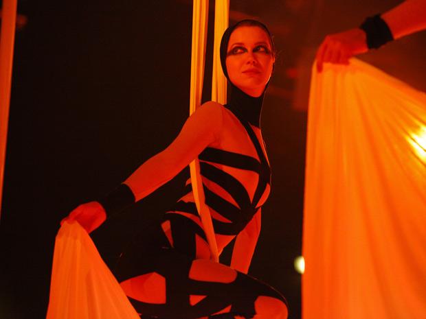 Débora vai arrasar em apresentação nos tecidos acrobáticos (Foto: Avenida Brasil/ TV Globo)