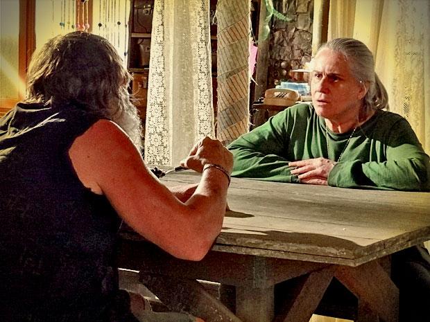 Nilo insinua que passado de Lucinda a condena (Foto: Avenida Brasil/ TV Globo)