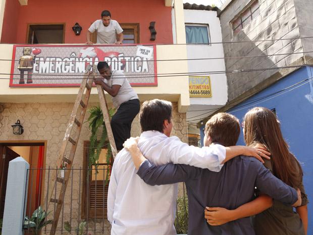 Ao lado de Valério e Graciosa, Orlandinho comemora a revista Emergência Poética (Foto: Aquele Beijo/TV Globo)