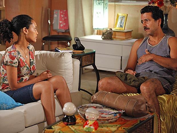 Sandro conta que se pegou dinheiro com um agiota (Foto: Cheias de Charme / TV Globo)