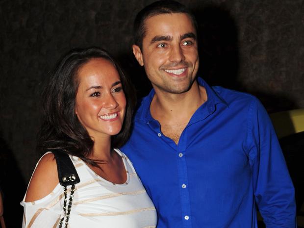 Só sorrisos, Ricardo Pereira chegou acompanhado da esposa, Francisca (Foto: Aquele Beijo/TV Globo)