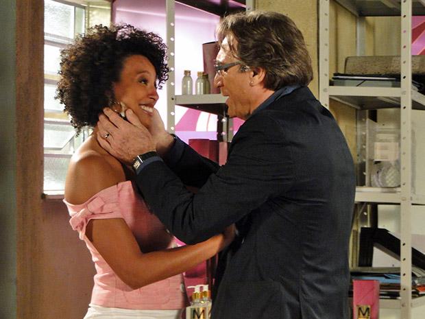 Sarita conta para Alberto que está grávida (Foto: Aquele Beijo/TV Globo)