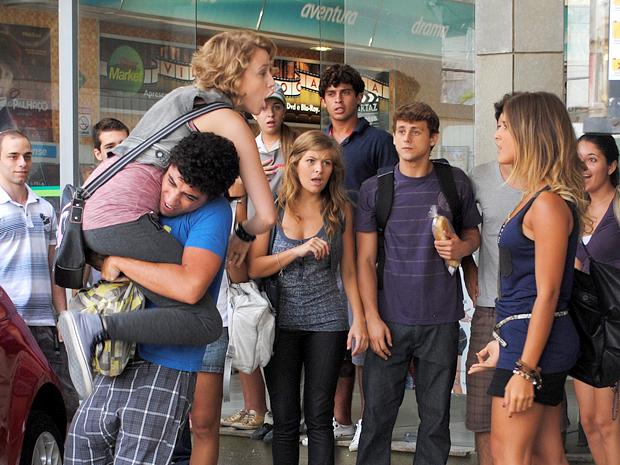 Ziggy tenta impedir que as duas briguem no meio da rua (Foto: Malhação / TV Globo)