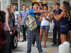 Ziggy mostra a foto para as garotas (Foto: Malhação / TV Globo)