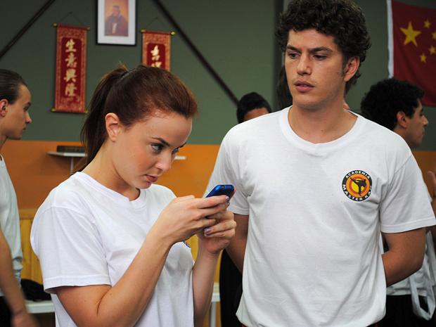 Débora tem ideia ao ver foto de Babi batendo em Maria (Foto: Malhação / TV Globo)