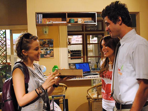 Guido surpreende Babi com um pacote de pasteis (Foto: Malhação / TV Globo)