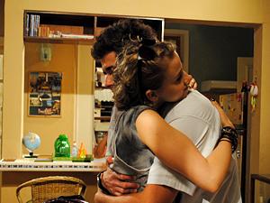 Antes de sair, Babi abraça Guido (Foto: Malhação / TV Globo)