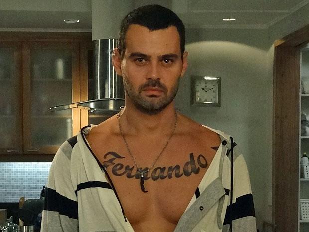 Fernando se ama tanto que tatuou o próprio nome no peito (Foto: Amor Eterno Amor/TV Globo)