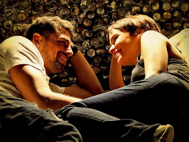 Os dois relembram tudo o que viveram juntos no lixão (Foto: Avenida Brasil/ TV Globo)