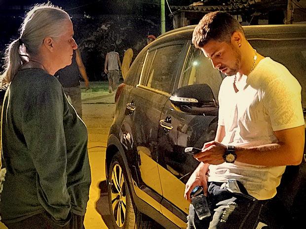 Jorginho recebe uma ligação de Débora e comenta com Lucinda que vai abrir mão da namorada para ficar com Nina (Foto: Avenida Brasil/ TV Globo)