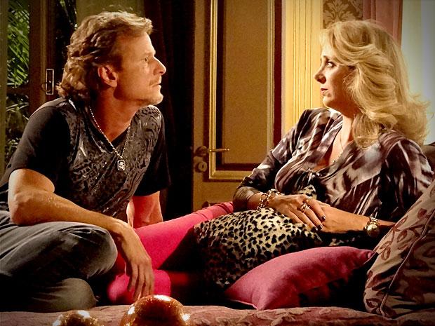 Ivana diz a Max que está desconfiada de Carminha (Foto: Avenida Brasil/ TV Globo)